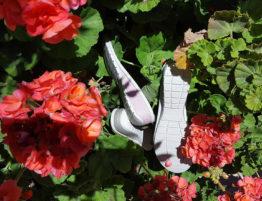suelas de zapato señora entre flores